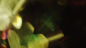 Multicolored kristallijne bezinningen gieten in de duisternis stock video