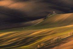 Multicolored Landelijk Lente/Autumn Landscape Gegolft Gecultiveerd Rijgebied met de Jachttoren in de Lente Rustiek de herfstlands stock foto