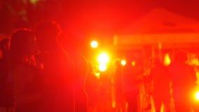 Multicolored lichten die in de nachtclub draaien toen paar het kussen vertroebelde stock footage