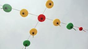 Multicolored lichten die op de Cho Dem-straat van Nha Trang hangen stock footage
