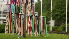 Multicolored linten die in de wind slingeren outdoors stock videobeelden