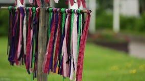 Multicolored linten die in de wind slingeren outdoors stock footage