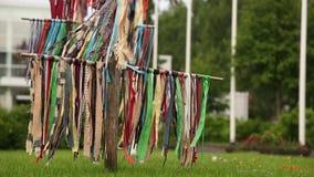 Multicolored linten die in de wind slingeren outdoors stock video