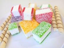 Multicolored marmelade in stukken op een witte plaat wordt gesneden die Royalty-vrije Stock Foto's