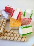 Multicolored marmelade in stukken op een witte plaat wordt gesneden die Royalty-vrije Stock Foto