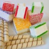 Multicolored marmelade in stukken op een witte plaat wordt gesneden die Royalty-vrije Stock Fotografie