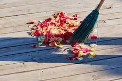Multicolored nam bloemblaadjes worden geveegd met een bezem na weddin toe stock afbeelding