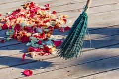 Multicolored nam bloemblaadjes worden geveegd met een bezem na weddin toe stock foto's
