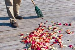 Multicolored nam bloemblaadjes worden geveegd met een bezem na weddin toe royalty-vrije stock foto