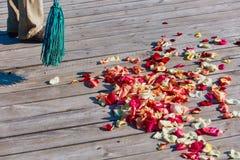Multicolored nam bloemblaadjes worden geveegd met een bezem na weddin toe royalty-vrije stock fotografie