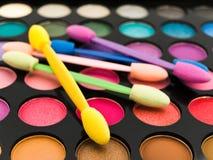 Multicolored oogschaduwwen en schoonheidsmiddelenborstel Royalty-vrije Stock Foto