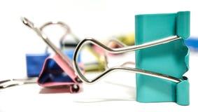 Multicolored paperclippen in een stapel sluiten omhoog op een witte achtergrond stock foto's