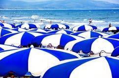 Multicolored paraplu's op het strand Stock Fotografie