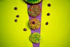 Multicolored Pasen-peperkoekcakes, suikersuikergoed, heldere achtergrond, vieringsfotografie Stock Afbeelding