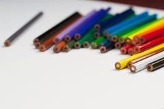 Multicolored pensils op het Witboek Terug naar School Stock Fotografie