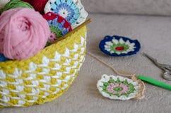 Multicolored plaidvierkanten van gehaakt en garens stock foto's