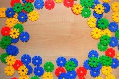 Multicolored plastic bouwstenen van plastic meccano royalty-vrije stock afbeeldingen