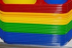 Multicolored plastic dienbladen Plastic kleuren beschikbaar vaatwerk stock foto's