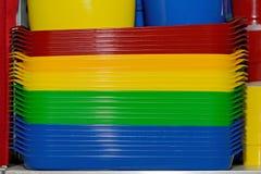 Multicolored plastic dienbladen Plastic kleuren beschikbaar vaatwerk royalty-vrije stock afbeeldingen