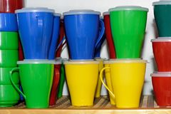Multicolored plastic koppen, dienbladen Plastic kleuren beschikbaar vaatwerk stock foto's