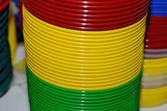 Multicolored plastic platen Plastic kleuren beschikbaar vaatwerk stock foto