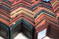 Multicolored portefeuilles van diverse ontwerpen die in rijen worden gegroepeerd stock afbeelding