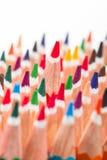 Multicolored potloden in groep op witte achtergrond worden geplaatst die Stock Afbeelding