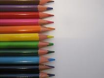Multicolored potloden op een Witboek Royalty-vrije Stock Foto's