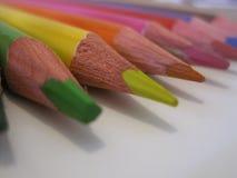 Multicolored potloden op een Witboek Stock Foto's