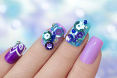 Multicolored purpere blauwe manicure royalty-vrije stock afbeeldingen