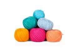 Multicolored reeks van garen voor het breien op wit Stock Fotografie