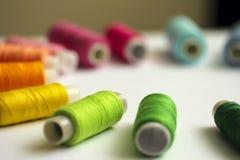 Multicolored rollen met draden royalty-vrije stock afbeelding
