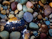Multicolored rotsen op een Vreedzaam Noordwestenstrand royalty-vrije stock foto