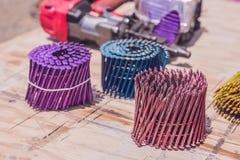 Multicolored spijkers voor pneumatisch spijkerkanon Royalty-vrije Stock Afbeeldingen