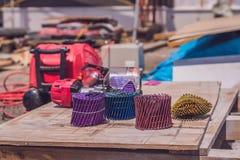 Multicolored spijkers voor pneumatisch spijkerkanon Stock Fotografie