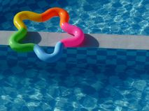 Multicolored ster gaf het opblaasbare drijven op pool gestalte royalty-vrije stock afbeeldingen