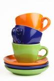 Multicolored theekopjes en schotels stock afbeelding