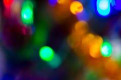 Multicolored vage lichten van een Nieuwjaar` s slinger en vliegende zeepbels als mooie achtergrond Stock Fotografie
