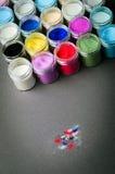 Multicolored verf in kruiken Stock Afbeelding