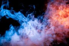 Multicolored verlichte rook die van blauw aan rood langs substantiemolecules rollen wervelt op een donkere achtergrond, afschilde stock foto