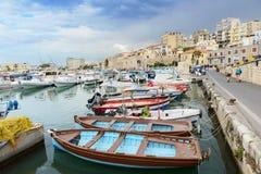 Multicolored vissersboten in de haven van Heraklion Kreta, Griekenland stock foto's