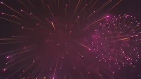 Multicolored vuurwerk bonst dicht bij het vliegen van hommel in donkere nachthemel, satellietbeeld stock footage