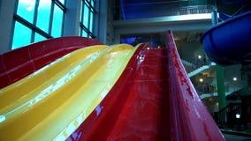 Multicolored water en pool in het park van de zomeraqua stock footage