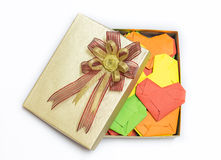 Multicolored Weefselharten in gouden giftdoos Royalty-vrije Stock Afbeeldingen