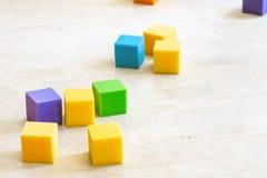 Multicolored zachte schuimkubussen bij kinderenspeelplaats Helder kleurrijk speelgoed Het vermaak en de decoratie van de jonge ge stock foto's