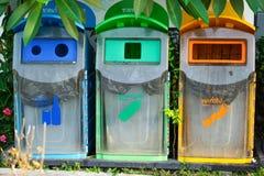 MultiColorful ricicla i recipienti, i rifiuti puliti e la disciplina fotografie stock
