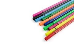 Multicoloured gevoelde die pennen op wit worden geïsoleerd Stock Foto