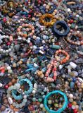 Multicoloured kamienne bransoletki obrazy stock