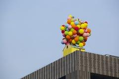 Multicoloured kleurrijke Ballondecoratie in de bovenkant van de bouw Royalty-vrije Stock Fotografie