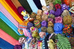 Multicoloured wełna szaliki na meksykanina rynku kramu i kapelusze obraz royalty free
